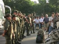 La police forme un cordon entre les bus et les usagers