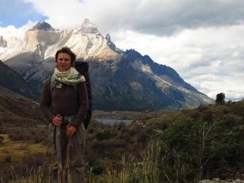 Caroline devant les Cuernos del Paine