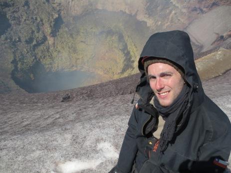 Grégory devant le cratère
