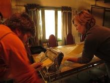 Julian et Caro préparent des lasagnes