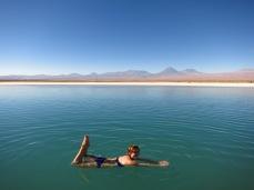 Caroline flotte dans la Laguna Cejar