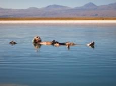 Grégory flotte dans la Laguna Cejar
