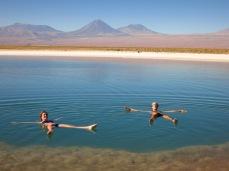 Caroline et Grégory flottent dans la Laguna Cejar