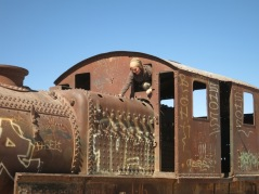 Caroline dans le cimetière des trains d'Uyuni