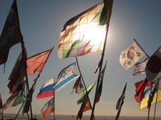 """Drapeaux des pays participants au """"Dakar"""". Au centre, le drapeau des peuples indigènes d'Amérique du Sud"""