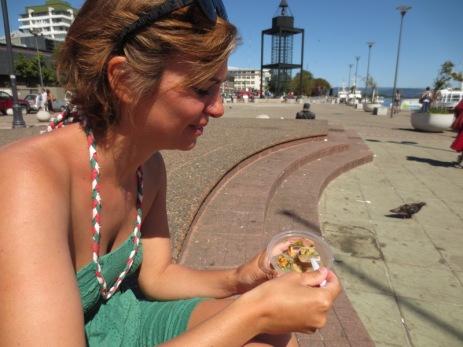 """Caroline dégustant un goûtu """"ceviche"""": tartare de poisson"""