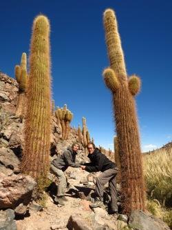 """Caroline et Grégory se mesurant aux cactus """"cardon"""" qui poussent d'un mètre tous les 100 ans, faites le calcul!"""