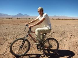 Grégory à vélo en direction de la Laguna Cejar