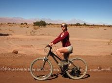 Caroline à vélo en direction de la Laguna Cejar