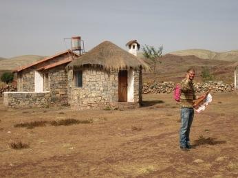 Victor devant notre cabane à Maragua