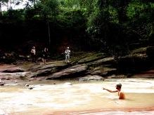 """Grégory en pleine baignade """"nature"""" lorsque surgirent trois touristes..."""