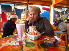 Caroline déguste les jus de fruits boliviens