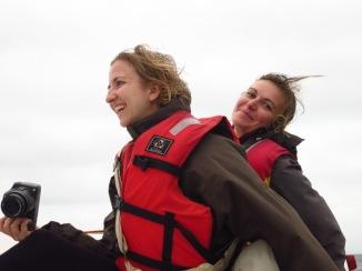 Anouk et Caro sont sur un bateau