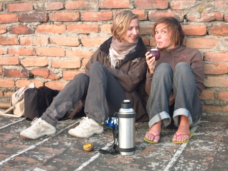 Caroline et Anouk prennent le maté sur le toît de notre hôtel à Latacunga