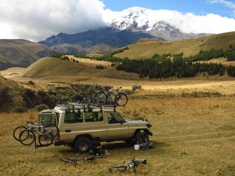 Nos deux guides, la voiture balais et le Chimborazo