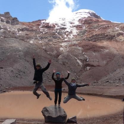 Grégory, Anouk qui a raté le coche et Caroline devant la lagune du Chimborazo