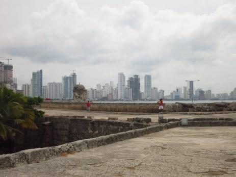 """Les murailles de Carthagènes avec en fond Bocagrande, le """"Miami"""" colombien"""