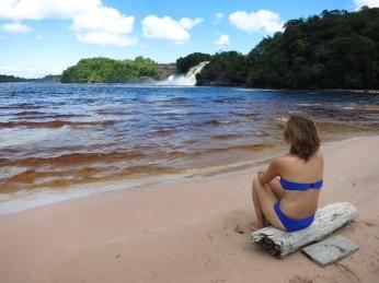 Caroline devant la lagune de Canaima
