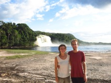 Caroline et Grégory devant la Cascade d'Ucaima
