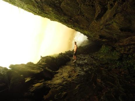 Grégory à l'intérieur de la Cascade d'Ucaima