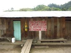 Message contre l'implantation d'une mine sur la façade de la maison d'un habitant.