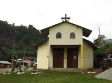 Les pro-mines a Junin, on voulu repeindre l'église en jaune avec la peinture offerte par l'entreprise. Les anti s'y sont opposés.