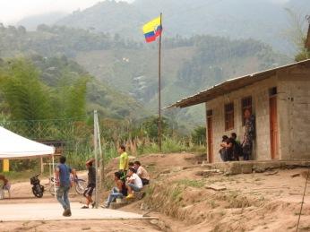 Les policiers en faction à Junin devant un match de volley sur la place principale du village.