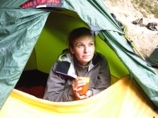 On se réchauffe comme on peut sous la tente