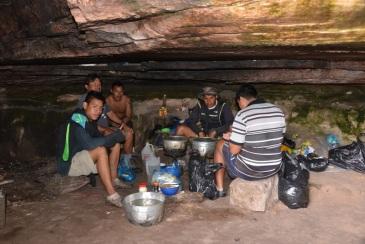 L'équipe qui prépare le repas