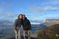Caro et Greg en haut du Roraima, au fond le Kukenan