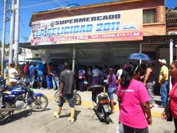 Une des conséquences des pénuries qui frappent le Venezuela: les queues devant les supermarchés
